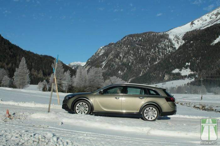 На трассе Opel Insignia Country Tourer